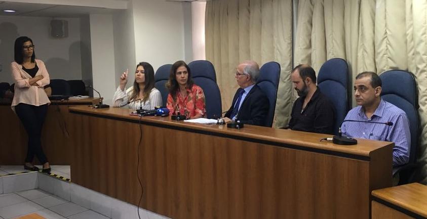 A presidente do CREFONO1, Lucia Provenzano, na entrevista coletiva à imprensa logo após a decretação do estado de calamidade técnica na saúde do Rio