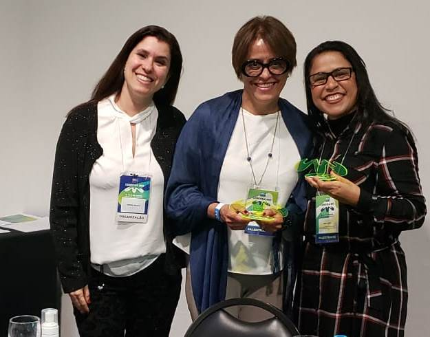 Simone Braga, à esquerda, e as duas palestrantes da mesa sobre Reprocessamento de produtos para a Saúde